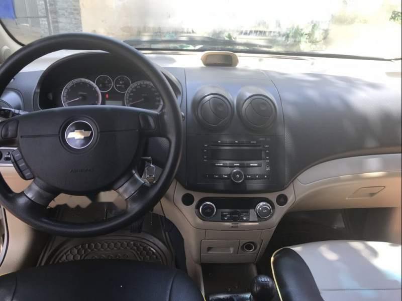 Bán xe Chevrolet Aveo sản xuất 2015, màu bạc, số sàn