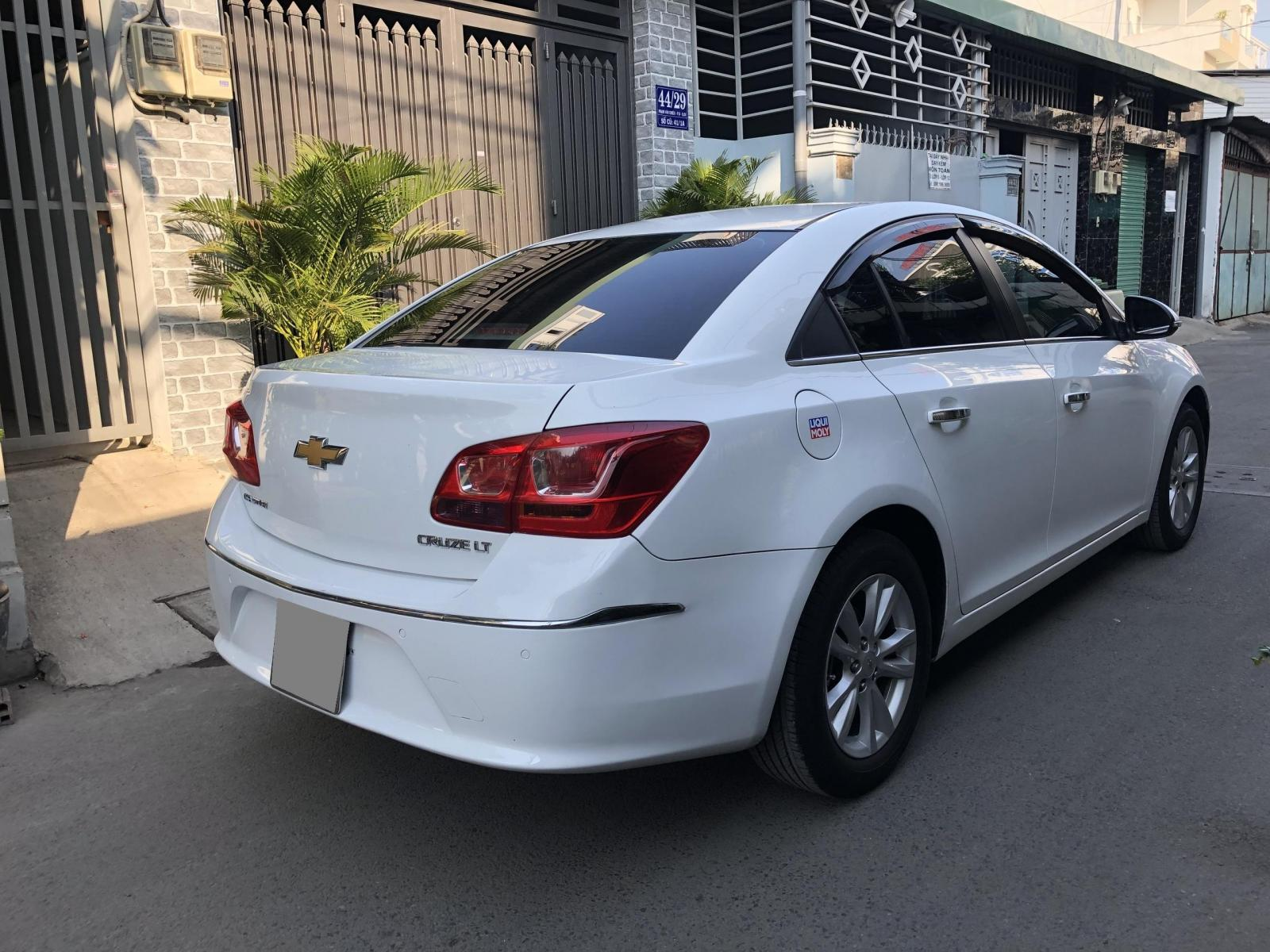 Cần bán xe Chevrolet Cruze 2017 màu trắng bản LT số sàn